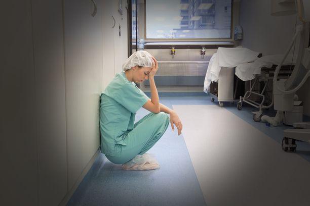 Aloitteentekijät kertovat sairaanhoitajien kasvaneesta työkuormasta koronakriisin myötä. Kuvituskuva.
