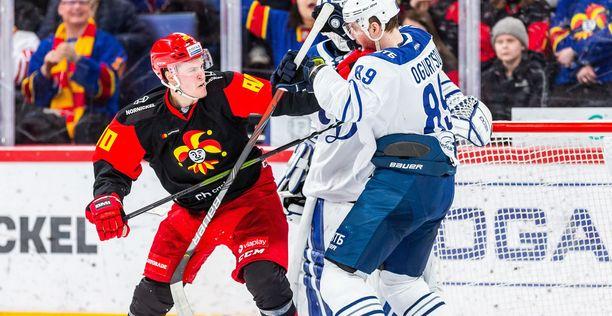 Dynamon maalilla painiva Saku Mäenalanen saa nimiinsä Jokerien viidennen maalin. Mäenalanen teki myös 1–0-osuman.