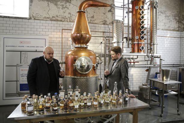 Helsinki Distilling Companyn tislaajamestari Mikko Mykkänen ja Master Blender Kai Kilpinen.