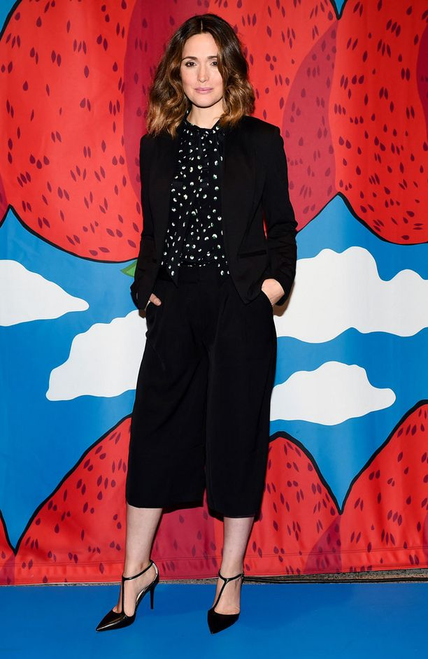 Rose Byrne fiilisteli Marimekon tilaisuudessa tyylikkäässä housuhameessa.