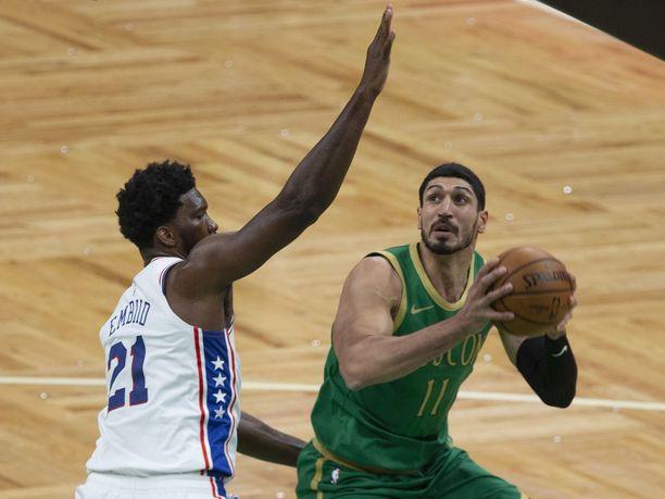 Boston Celticsin sentteri Enes Kanter (oik.) taisteli pallosta Philadelphia 76ersin sentterin Joel Embiidin kanssa viime joulukuussa.