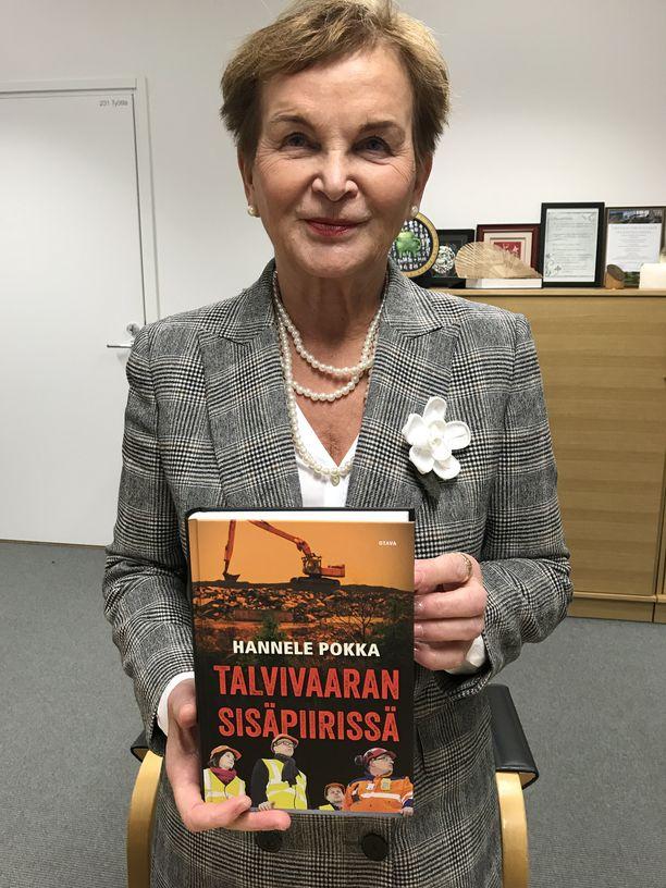 Ympäristöministeriön kansliapäällikkö Hannele Pokka kirjoitti kirjan elämästä Talvivaaran sisäpiirissä.