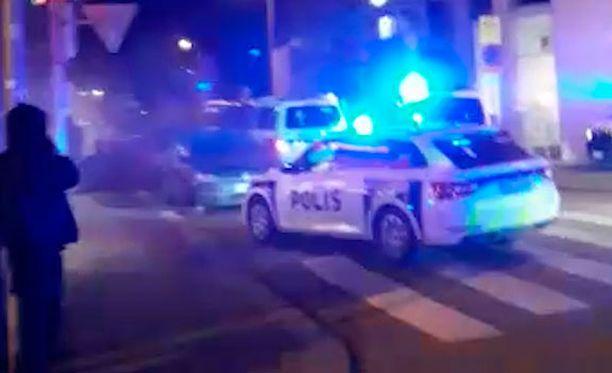 Sivulliset todistivat poliisioperaatiota Helsingin keskustassa.