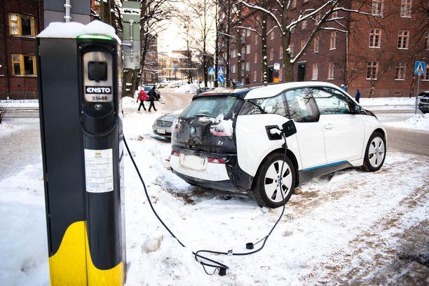 Sähköautolla ajavat ovat kyselytutkimuksen mukaan tyytyväisiä valintaansa.