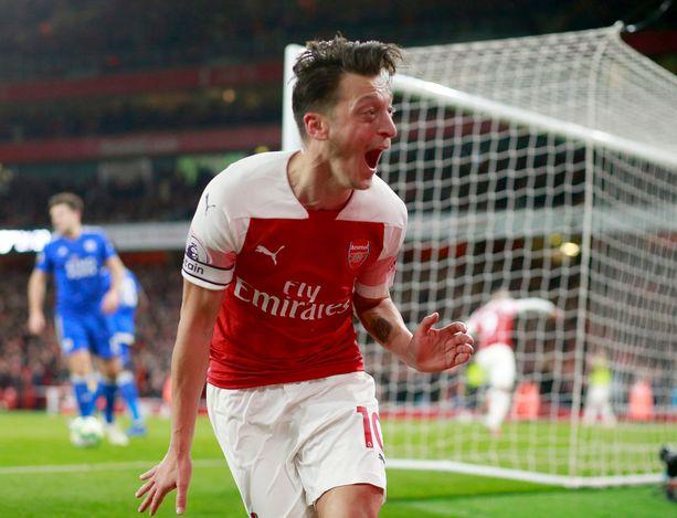 Arsenalin Mesut Özil järjesti yhden miehen show'n.
