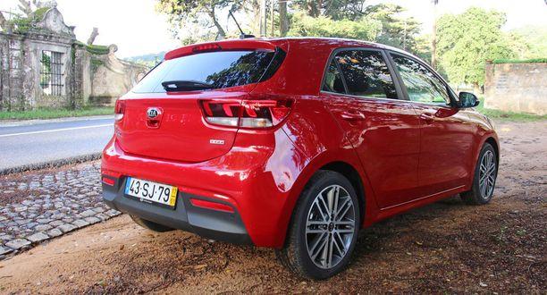 Auto näyttää myös takakulmastaan mittojaan isommalta.
