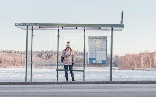 Muistatko suomalaisen bussipysäkki-ilmiön - pidä etäisyys! Jurotus kääntyi hilpeäksi automainokseksi