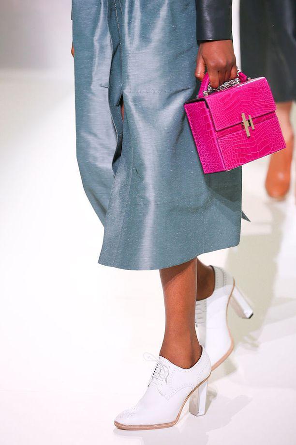 Hermèsin kevätmalliston sähäkän pinkki laukku erottuu varmasti.