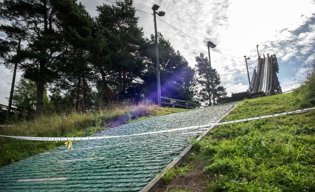 16-vuotias tyttö kuoli, kun hän laski Helsingin Herttoniemessä hyppyrimäen alastulorinteessä olevaan teräsvaijeriin.