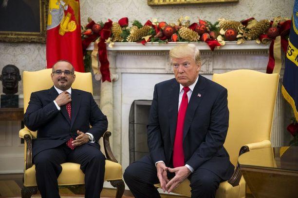 Donald Trump ei kiistänyt New York Timesin uutista. Torstaina Valkoisessa talossa otetussa kuvassa myös Bahrainin kruununprinssi Salman bin Hamad Al-Khalifa.