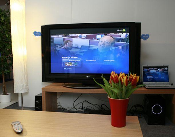 Mediacenterillä voi katsella vaikka perheen lomakuvia television näytöltä.