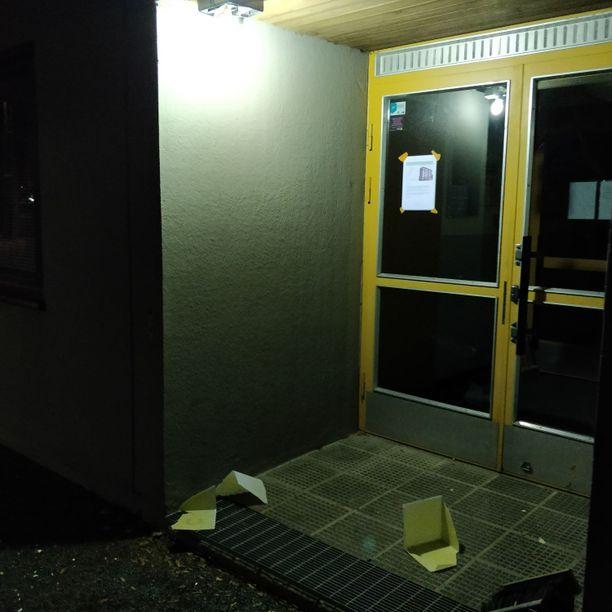 Viime viikon tiistaina joku hajotti Eero Honkalan taloyhtiön rapun numerovalokuution.