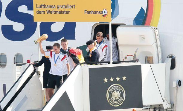 Saksan kapteeni Philipp Lahm tuli ensimmäisen koneesta MM-pystin kera.