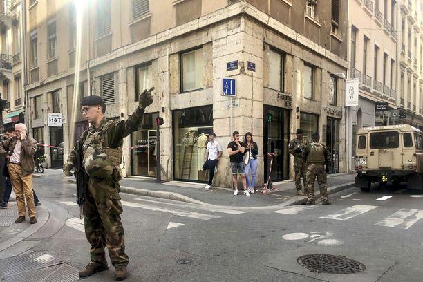 Terrorismin vastaisen yksikön sotilaat vartioivat räjähdyspaikkaa Lyonin keskustassa.