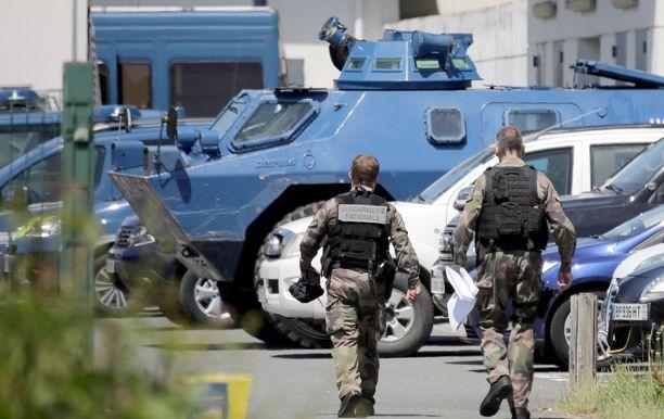 Poliisi oli liikkeellä raskaan kaluston kanssa, kun entistä sotilasta jahdattiin metsästä.