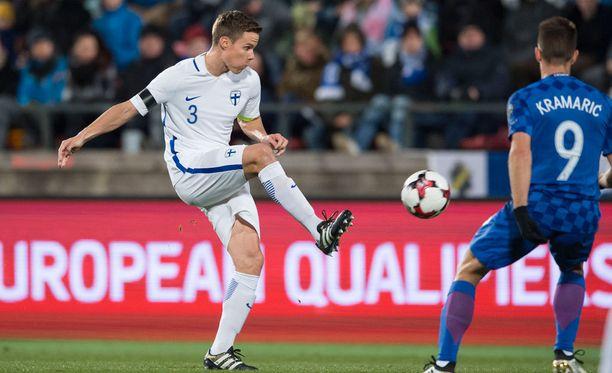 Niklas Moisander pelasi Kroatiaa vastaan poikkeuksellisesti keskikentällä.