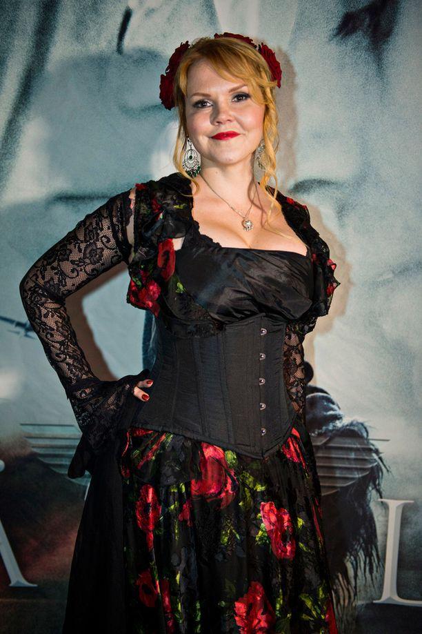 Katja Kettu edusti syyskuussa Kätilö-elokuvan ensi-illassa.
