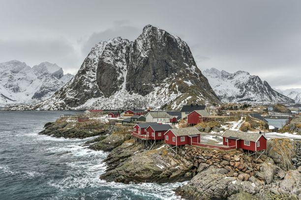 Norjan hallitus kielsi mökkireissut oman asuinkunnan ulkopuolelle, jotta mökkikuntien terveydenhuolto ei kuormittuisi. Kuvituskuva Lofooteilta.