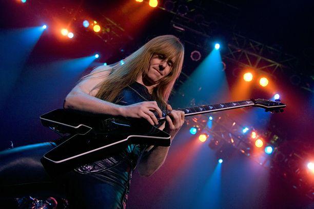 Kitaristi Karl Logan on antanut kitaratunteja oppilaille Skypen välityksellä.