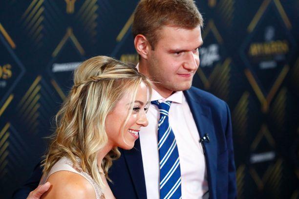 Aleksander Barkov esitteli tyttöystävänsä NHL:n palkintogaalassa kesäkuussa.