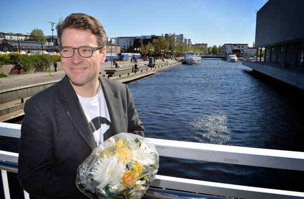 Kolmannelle kaudelle vihreiden puheenjohtajaksi valittu Ville Niinistö ulkoilutti onnittelukukkakimppuaan perjantaina Oulun kaupunginteatteriin johtavalla sillalla.