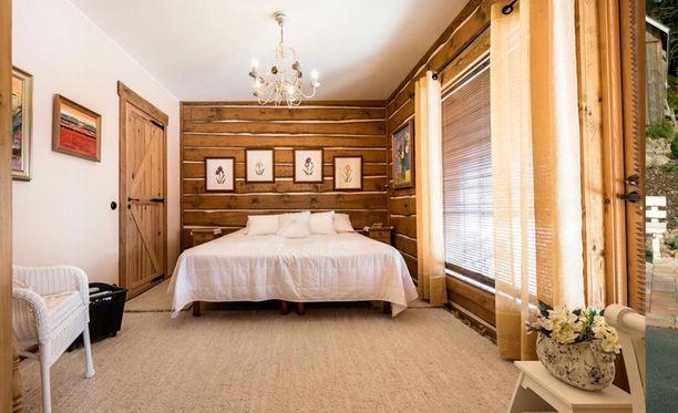 Makuuhuoneessa on rauhallinen tunnelma.