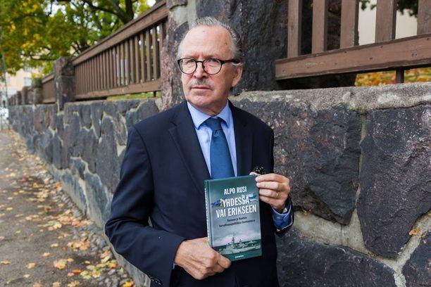 Alpo Rusi pohtii uutuuskirjassaan, syyllistyikö presidentti Urho Kekkonen mahdollisesti maanpetokselliseen menettelyyn.