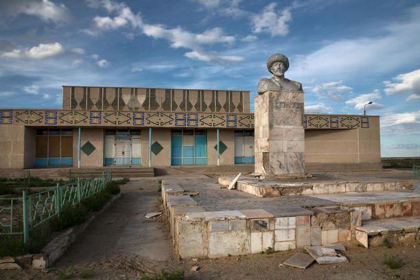Mojnaqista löytyy paljon autiorakennuksia.