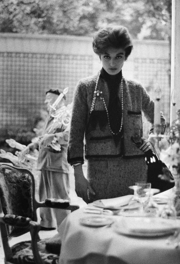 Pikkumustan lisäksi Coco Chanel kehitti ensimmäisenä naisten jakkupuvut. Myös muotitalon tweed-jakuista on tullut ikonisia.
