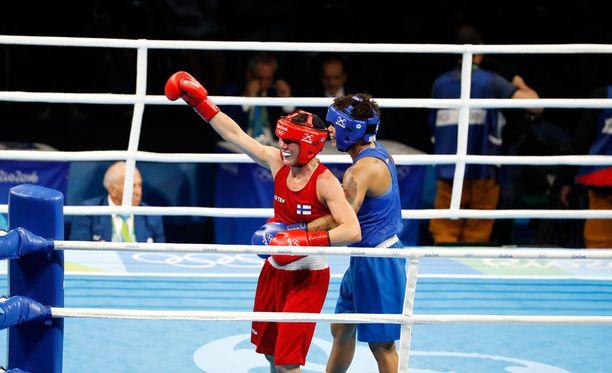 Mira Potkonen (punaisessa asussa) voitti brasilialaisen Adriana Araujon.