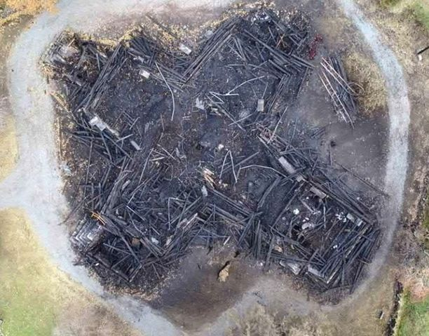 Kirkko paloi maan tasalle ristin muotoon.