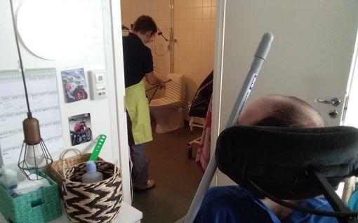 """Suomen vammaispalveluissa karmea tilanne: """"Poikani pakotettiin pesemään pyykkiä, vaikka hänellä liikkuu ainoastaan pää"""""""