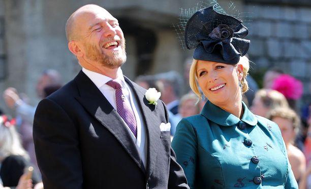 Mike Tindall nauroi makeasti vaimo vierellään.