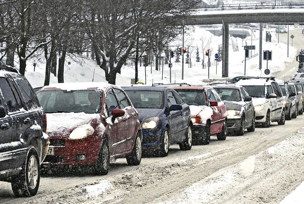 Katolle jäätynyt lumi voi lähteä liikkeelle, kun auto lämpiää ja vaara uhkaa. (KUVA EI LIITY TAPAUKSEEN).