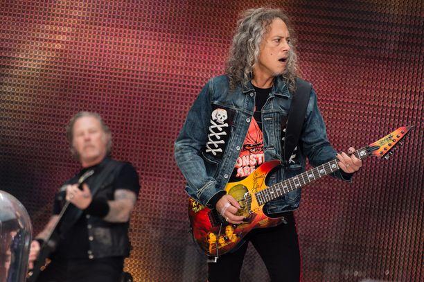 Kirk Hammett (oik.) ja James Hetfield ovat medialausuntojensa perusteella erimielisiä Metallican sävellyspolitiikasta.