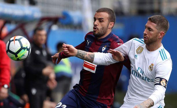Sergio Ramos (oikealla) kamppaili Eibarin Pedro Leonia vastaan.