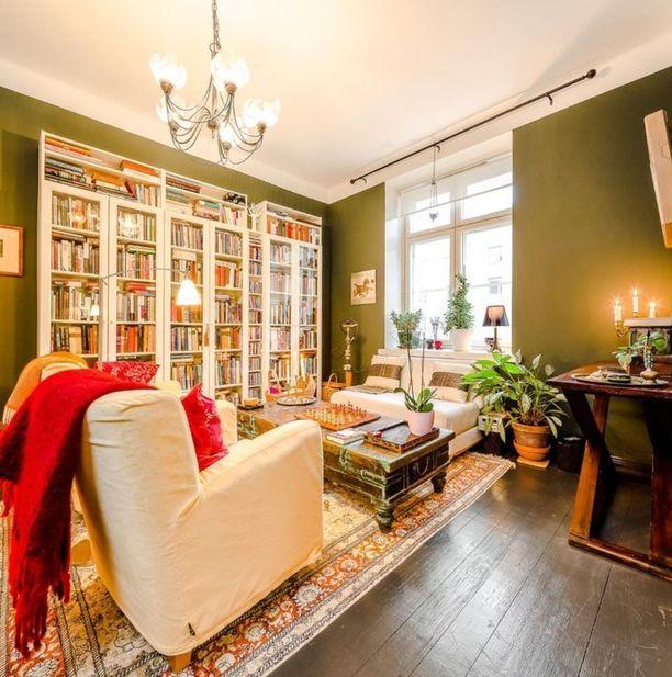 Valkoinen tasapainottaa mukavasti tämän huoneen vihreitä seiniä.