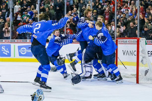 Se on siinä! Suomi juhlii, kun USA on kaatunut MM-finaalissa Vancouverissa tammikuussa 2019.