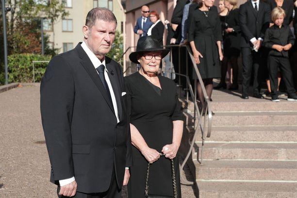 Fredi ja Eva-Riitta Siitosen raskas päivä. Heidän ainoa tyttärensä haudattiin heinäkuussa.