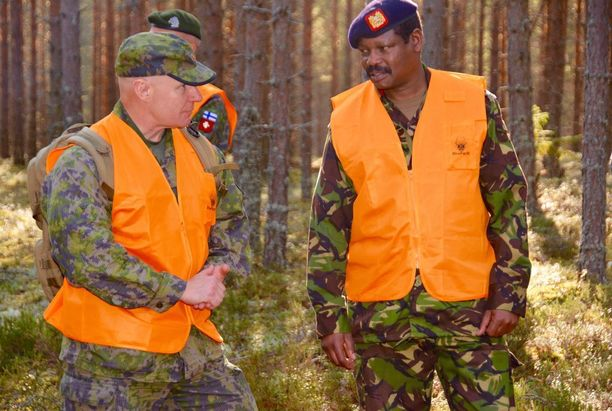 Itä-Afrikan valmiusjoukon operaatiopäällikkönä toimiva kenialainen prikaatikenraali Albert Kendagor tutustui sotilastarkkailijakurssin etenemiseen majuri Seppo Määtän kanssa.