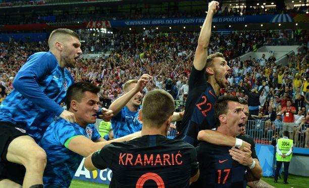 Kroatian pelaajat tuulettivat 2-1-voittomaalia riehaantuneina.