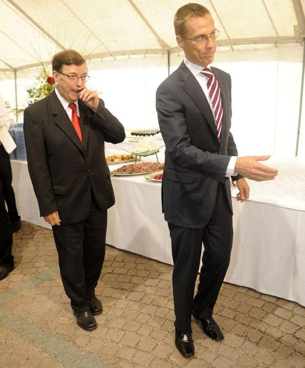 Kiistakumppanit Väyrynen ja Alexander Stubb ulkoministeriön suurlähettiläspäivillä.