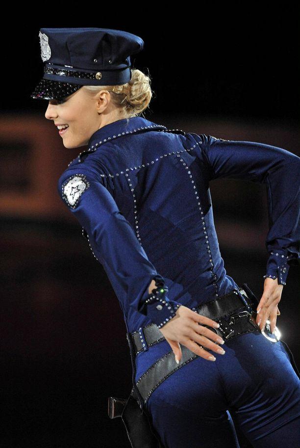 Tallinnan EM-kisojen loppunäytöksessä 2010 Kiira Korpi luisteli poliisiasussa.
