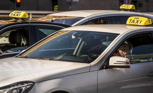Pahoinpitelystä tuomittu mies ajoi helsinkiäisen taksifirman autoa. Kuvituskuva Elielinkadun tolpalta, kuvan henkilöt eivät liity tapaukseen.