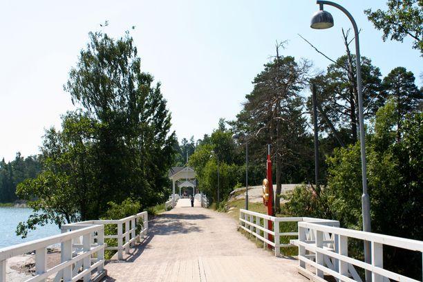 Seurasaaren juhannusjuhlassa on poltettu perinteistä juhannuskokkoa jo 70 vuoden ajan. Kuvassa saareen johtava silta.