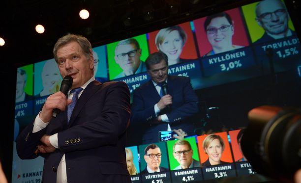 Sauli Niinistö pääsi historiallisesti jatkokaudelle tasavallan presidentiksi jo ensimmäisellä kierroksella.