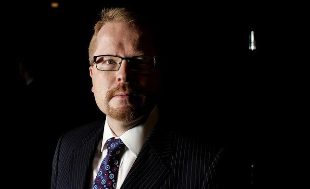 Ilkka Salmella on vahva johtajatausta turvallisuussektorilta. Salmi toimi Suojelupoliisin (Supo) päällikkönä 2007-2015.