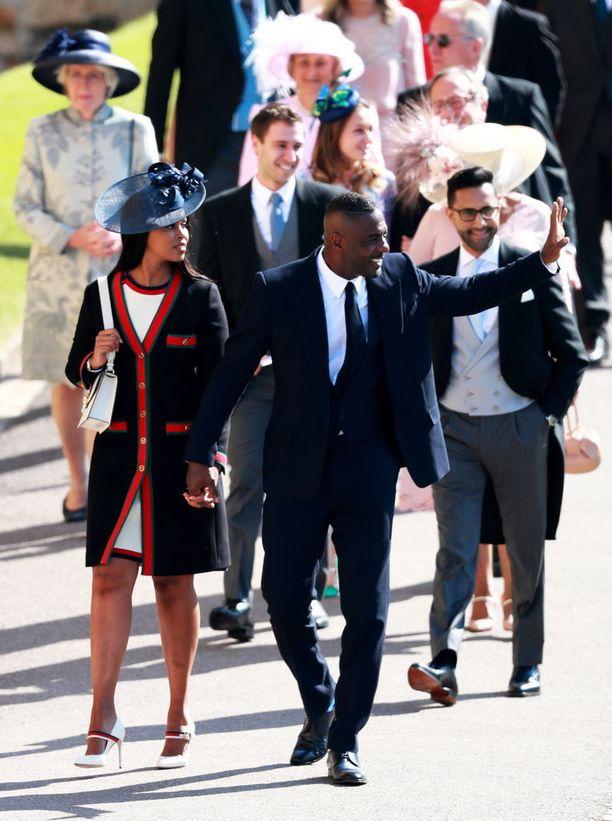 Näyttelijä Idris Elba saapui ensimmäisten joukossa kirkkoon.