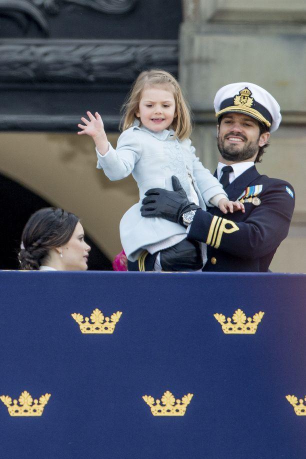 Prinsessa Estelle enonsa sylissä vuonna 2016.