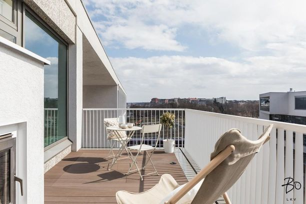 Kuin toinen olohuone! Tämä uuden kaupunkikodin kattoterasi on yhtä leveä kuin itse asuntokin.